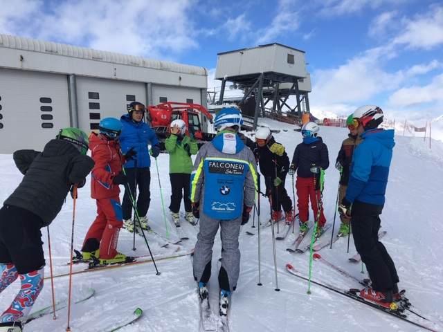Giovani impegnati nello stage in Val Senales